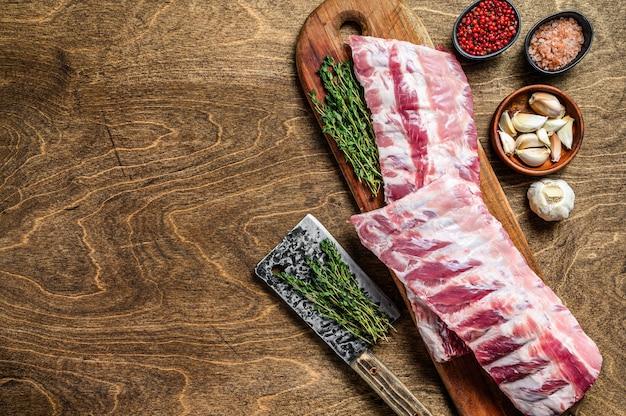 향신료, 마늘 정향 및 백리향을 곁들인 생 돼지 갈비 갈비.