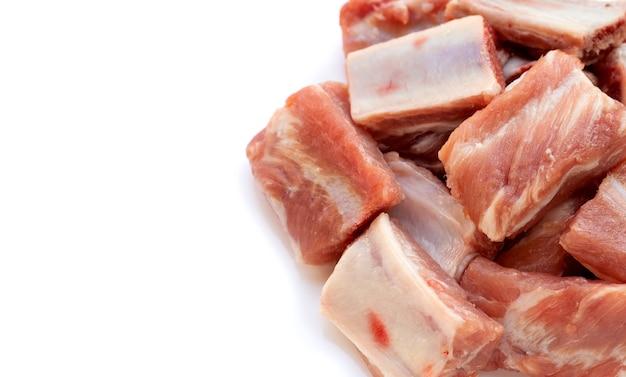 흰색 배경에 고립 된 원시 돼지 갈비