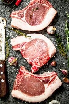 로즈마리와 향신료의 무늬와 원시 돼지 고기 스테이크.