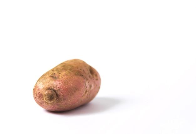 白い背景の上の生のジャガイモ。