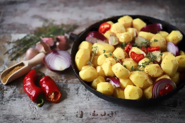 鍋に生のジャガイモ