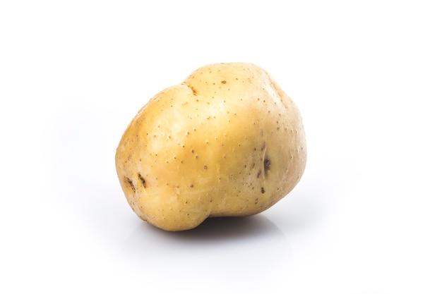 白い背景で隔離の生のジャガイモ