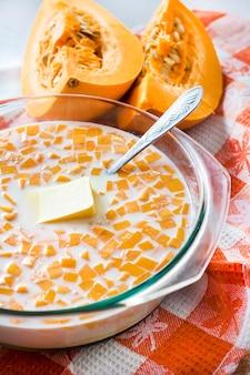 호박 죽을 올리는 과정에서 유리 냄비에 생 호박, 우유, 버터