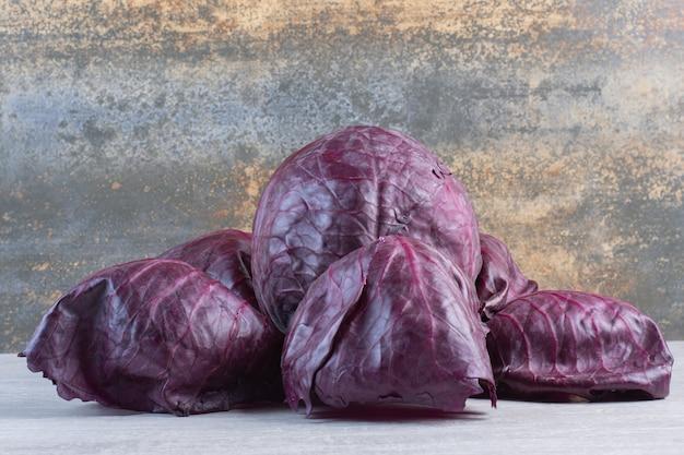 石の表面に生の紫キャベツ。高品質の写真
