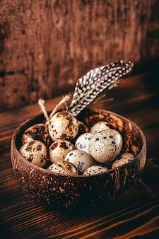 テーブルの上のプレートに生のウズラの卵