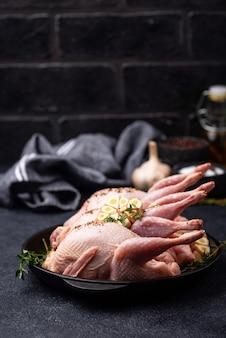 Сырое мясо перепелов со специями, чесноком и зеленью