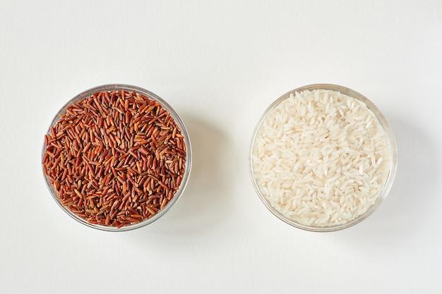 투명 유리 접시에 생 빨간색과 흰색 쌀 곡물