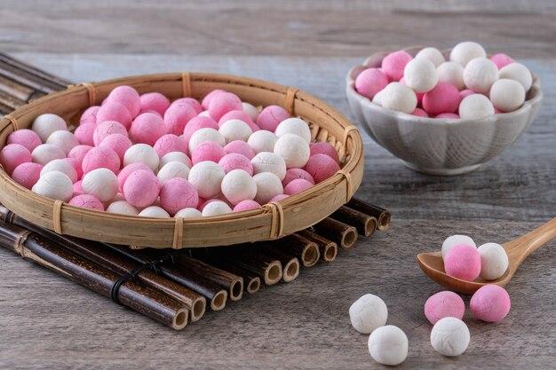 나무 테이블에 원시 빨간색과 흰색 당원 찹쌀 만두 공