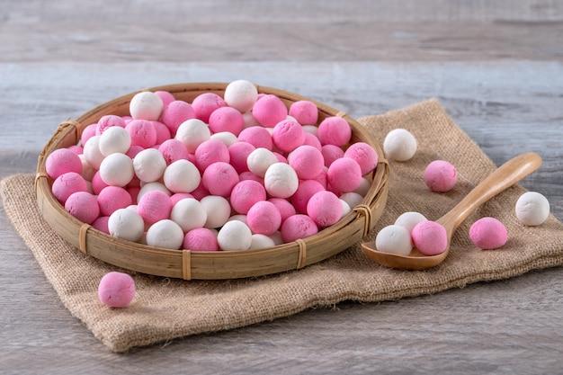 生の赤と白の湯円もち米団子ボール。冬至祭りの食べ物。