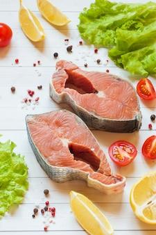 Сырой стейк из красной рыбы с лимоном и специями