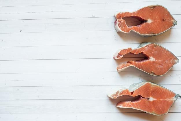 Сырой стейк из красной рыбы