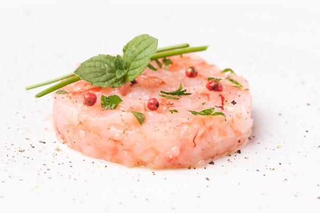 マザラデルヴァッロタルタル前菜の生の赤いエビのクローズアップ