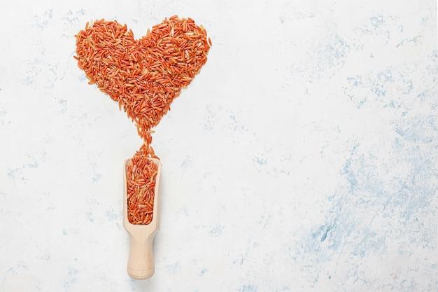 Сырой красный рис в миску