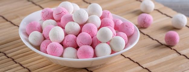 나무 테이블에 원시 빨간색 흰색 탕 위안 쌀 만두 공