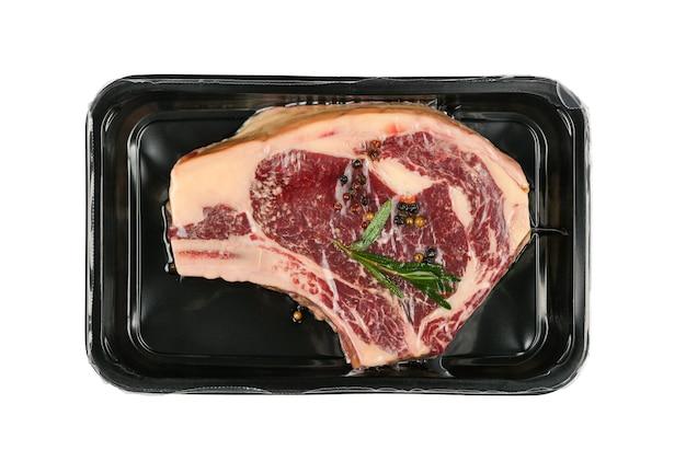 절연 플라스틱 필름으로 봉인 된 원시 ribeye 쇠고기 스테이크 진공
