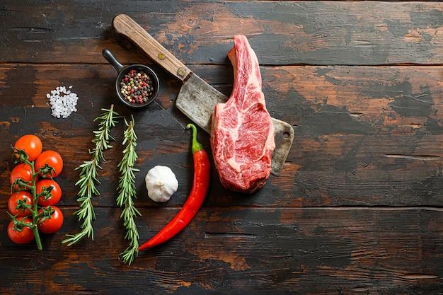 生リブアイステーキ、骨付きカウボーイステーキの肉切り包丁。