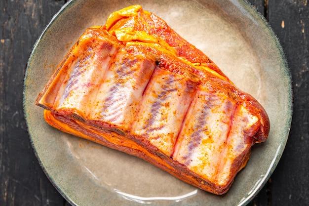 生のリブ豚肉の漬物スパイスとハーブの新鮮な部分はテーブルの上で食事の軽食を食べる準備ができています