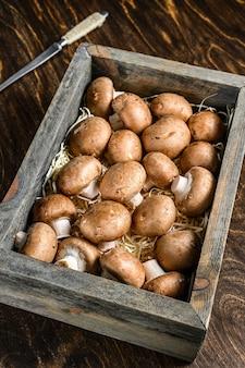 木製の箱に入った生のロイヤルブラウンシャンピニオンマッシュルーム