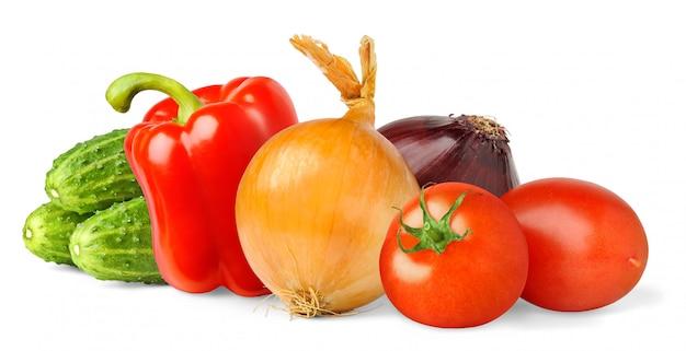 Сырой салат из овощей (помидор, болгарский перец, лук, огурцы), изолированные на белом фоне