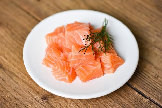 Кубик сырого филе лосося с травами и специями / свежая лососевая рыба
