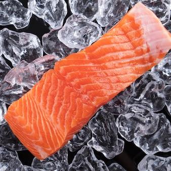 Сырые филе лосося на фоне льда. крупный план. вид сверху