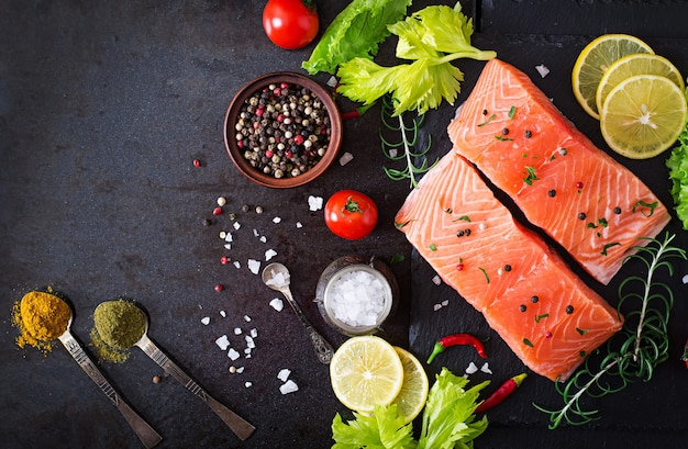 Filetto di salmone crudo e ingredienti per cucinare