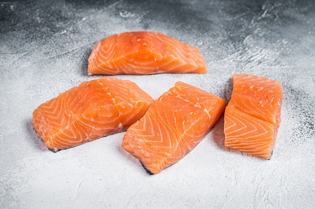 Стейк из сырого филе лосося на кухонном столе