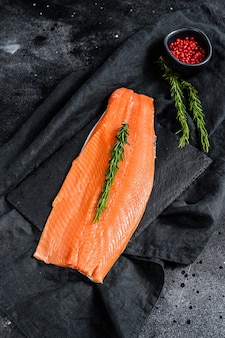 Сырое филе лосося с розмарином и розовым перцем