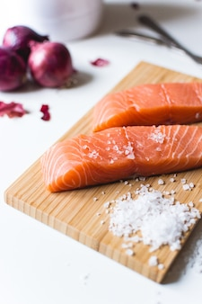 Filetti di salmone crudi preparati per la cottura