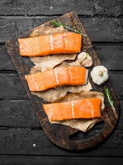 Сырое филе лосося со специями. на черном деревенском столе.