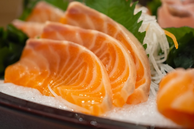 Ломтик сашими из сырого лосося на льду японская кухня