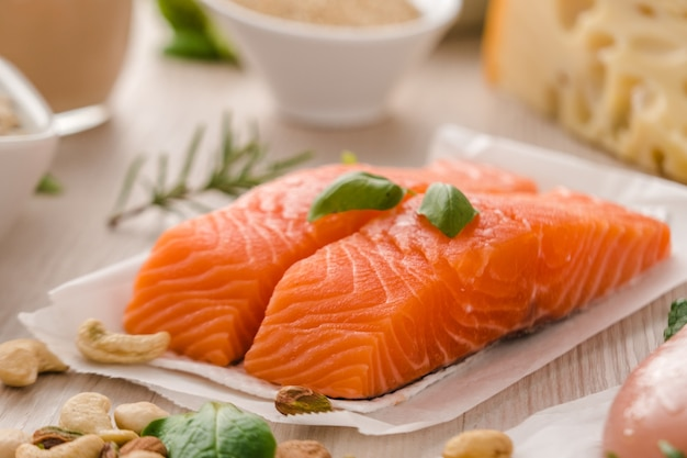 Сырой стейк из лосося. концепция здорового и белкового питания