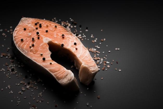 Сырой стейк из лосося с перцем