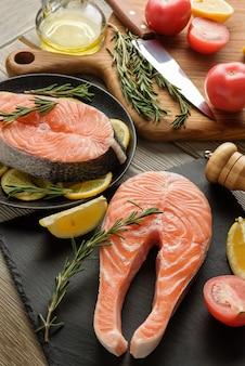 生鮭ステーキのクローズアップと調理材料。