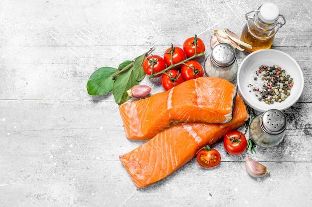 Сырые стейки из лосося со специями, зеленью и оливковым маслом. по деревенскому.