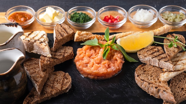 Тартар из сырого лосося с ингредиентами.