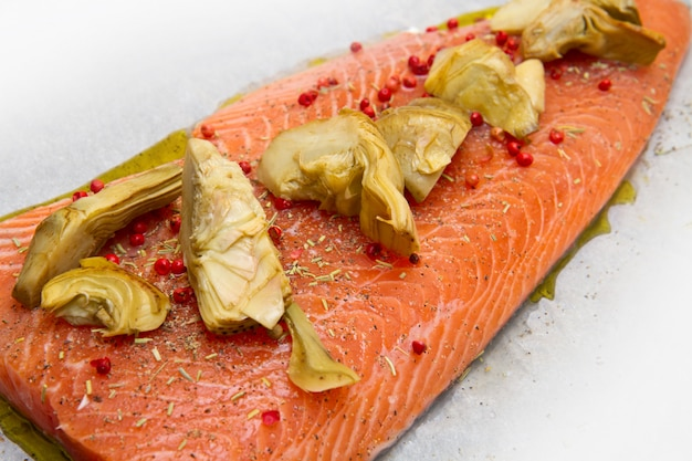 Raw salmon with artichokes and red pepper
