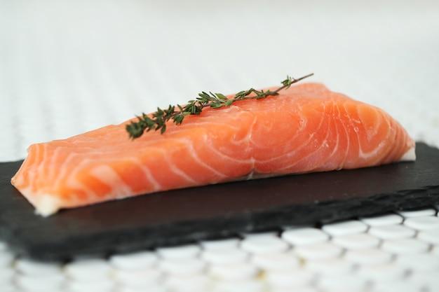 Сырой лосось с розовой солью и розмарином