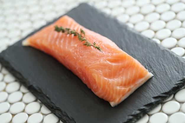 Salmone crudo con sale rosa e rosmarino