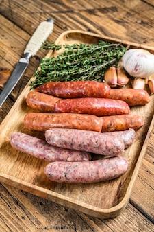 Варианты сырых колбас, говядины и свинины.