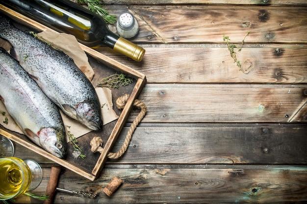 Лосось сырой морской рыбы с белым вином и тимьяном.