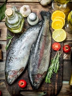 Сырая морская рыба с белым вином и зеленью. на деревянном фоне.