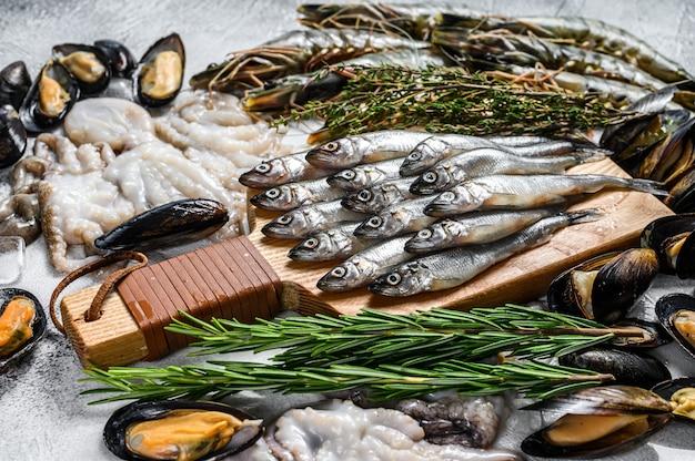 Сырые морепродукты, тигровые креветки, креветки, голубые мидии, осьминоги, сардины, корюшка.
