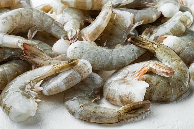白い石の上に、キングエビの生の殻がセットされています
