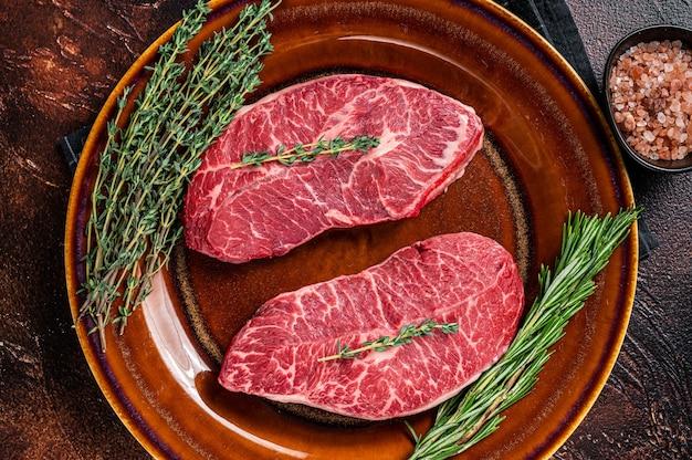 Raw shoulder top blade cut, или стейк из говядины с устричным лезвием австралии вагю. вид сверху