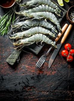 Сырые креветки, сырые с помидорами и розмарином.