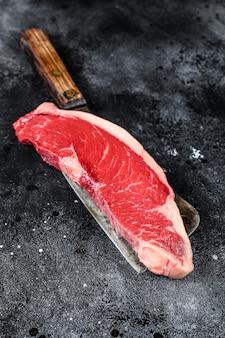 包丁に生のサーロインステーキ。霜降り牛