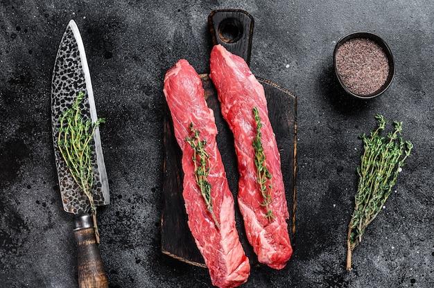 칼로 커팅 보드에 원시 스커트 만도 쇠고기 고기 스테이크