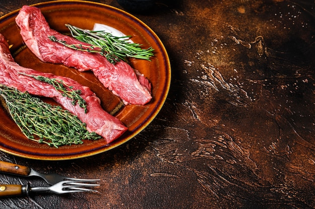 Сырая юбка мачете стейк из говядины на тарелке