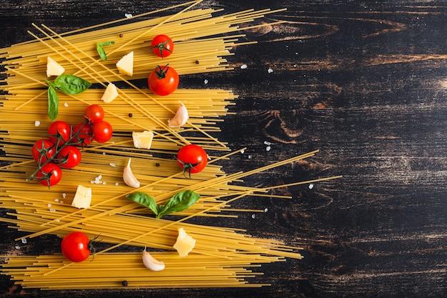 黒の背景に生スパゲッティ